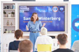 Sandra Winterberg (Mediennetzwerk.NRW) begrüßt zum XR-Booster