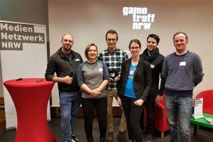 Gametreff NRW: Networking-Event für Gamedeveloper in NRW. Die Akteur:innen v l.n.r.: Alex Ziska (Mediennetzwerk.NRW), Diana Boden (Gamma Minus), Dirk Ludewig (NerdStar), Lena Morano -erding (Flying Sheep Studios), Daniel Camelo (Impakt), Gregory Wintgens (Egosoft).