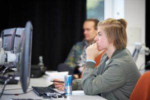 Skilltree.NRW - Coaching für die Games Branche. Teilnehmende gucken auf Monitore.